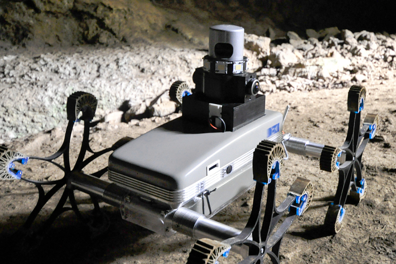 Ein Roboterfahrzeug, dass im Sand erprobt wird