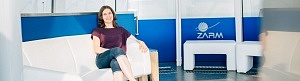 Dr. Eva Hackmann, auf einem Sessel sitzend