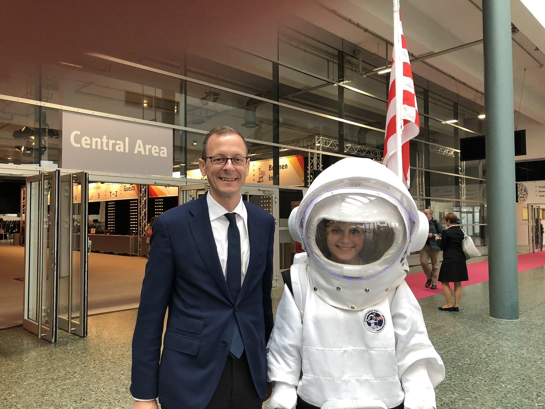 Martin Günthner mit dem Sternstunden 2018-Maskottchen, einer Frau im Astronautenkostüm