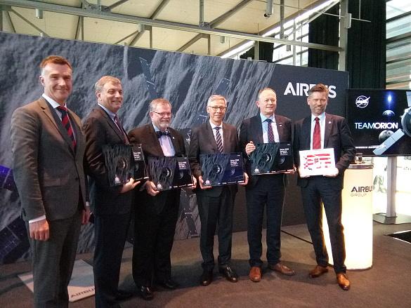Sechs Männer schauen in die Kamera; im Hintergrund der Schriftzug: Airbus
