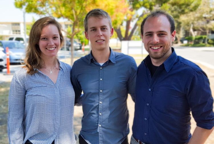 Drei junge Menschen schauen in die Kamera