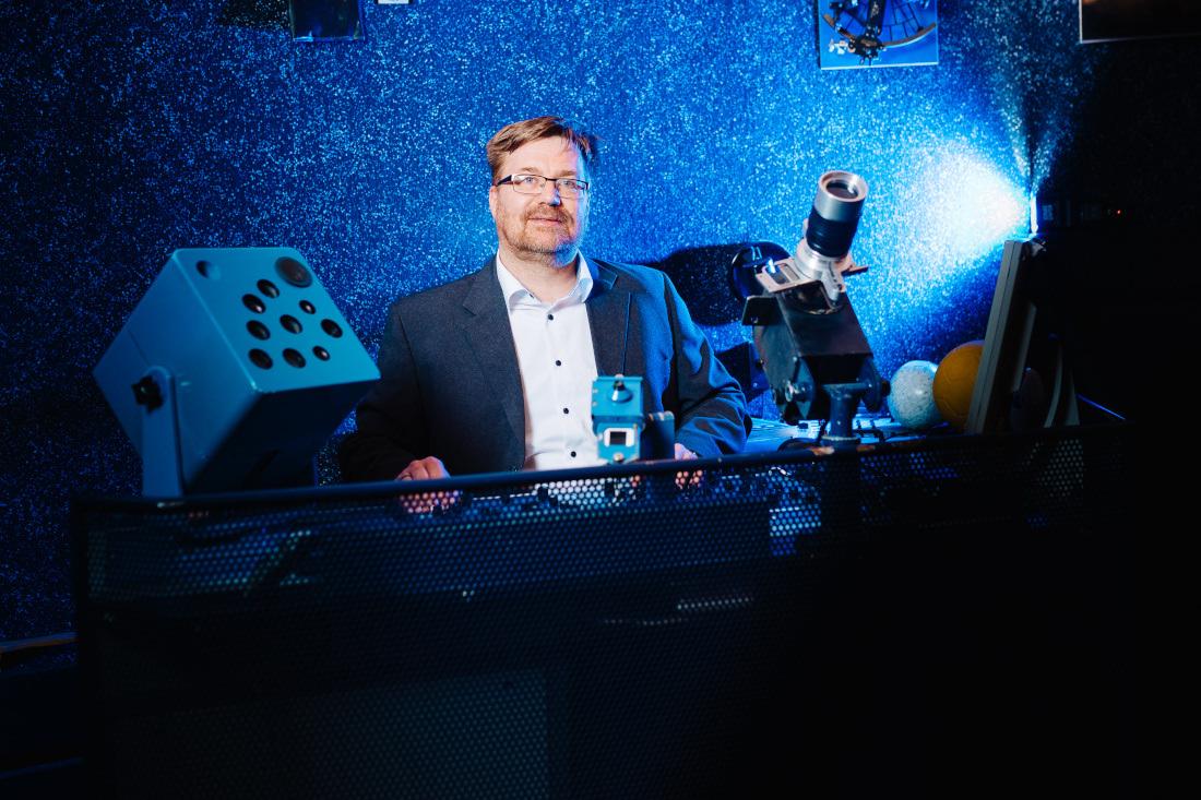 Andreas Vogel am Schalttisch im Planetarium