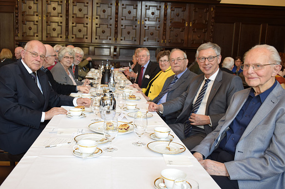 Bürgermeister Sieling und einige ältere Menschen an einer Kaffeetafel