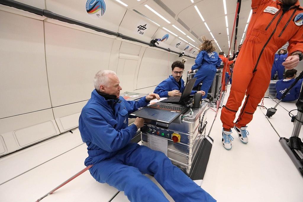 Das ZARM-Team bei der Experimentdurchführung während des Parabelflugs. Quelle: Novespace/Nicolas Courtioux.