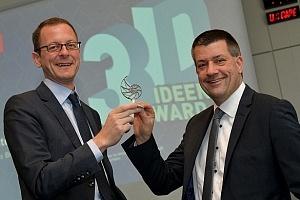 Zwei Männer halten gemeinsam den Bre3D-Award
