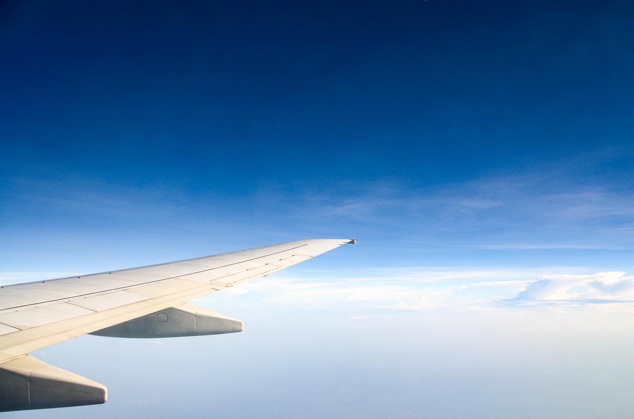 Der äußere Teil eine Flugzeugflügels beim Flug