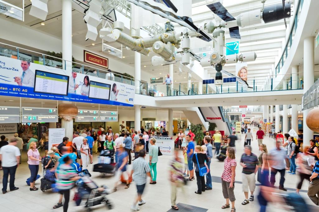Flughafenterminal Bremen mit vielen Personen