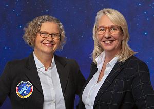 Zwei Frauen vom Astronautinnen-Training blicken in die Kamera