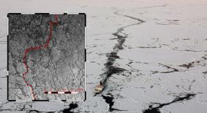 Luftaufnahme des Forschungsschiffs Polarstern in der Arktis