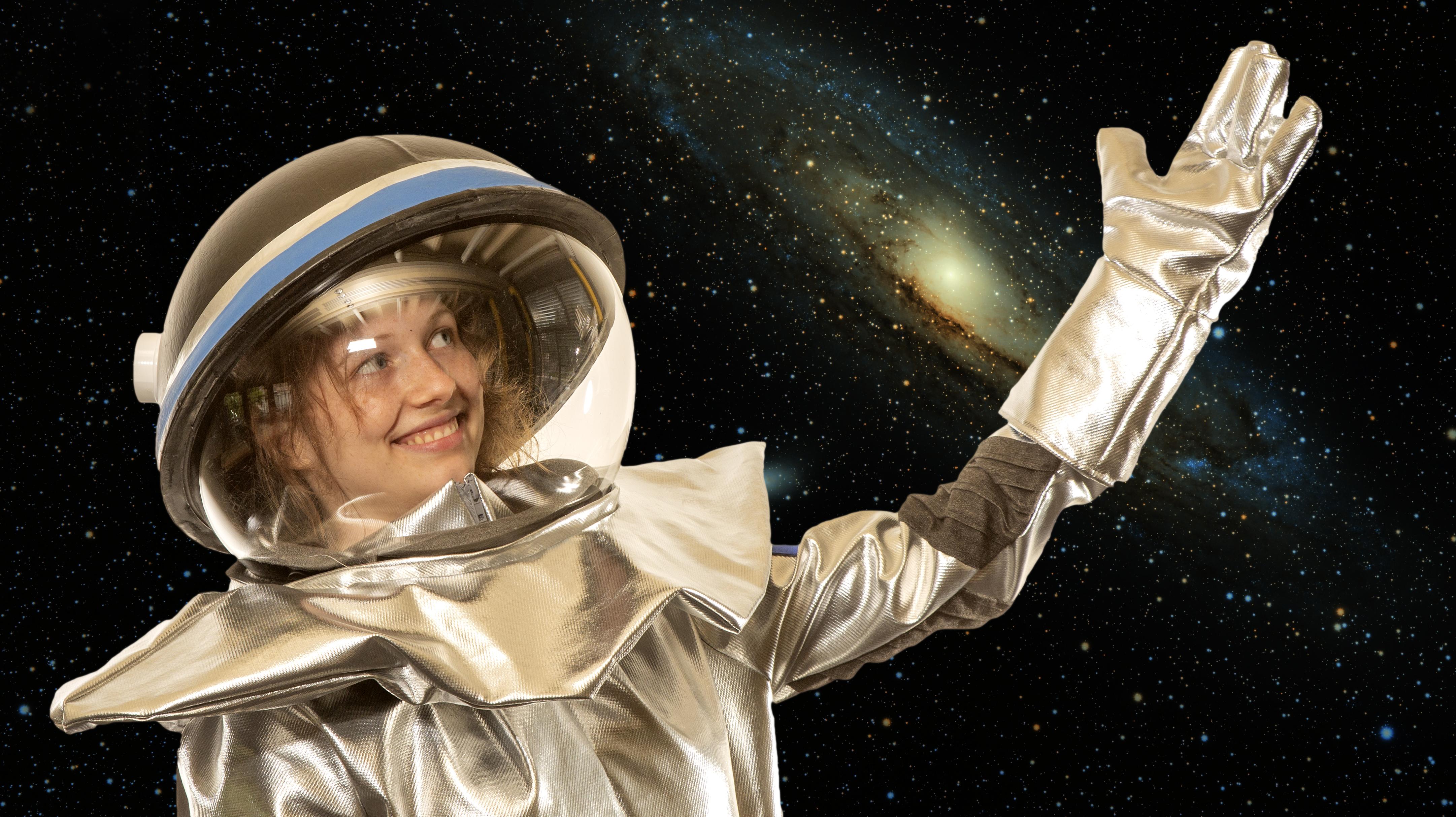 Eine Frau im Astronautinnenanzug schaut in den Weltraum