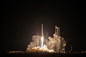 Start einer Rakete bei Nacht