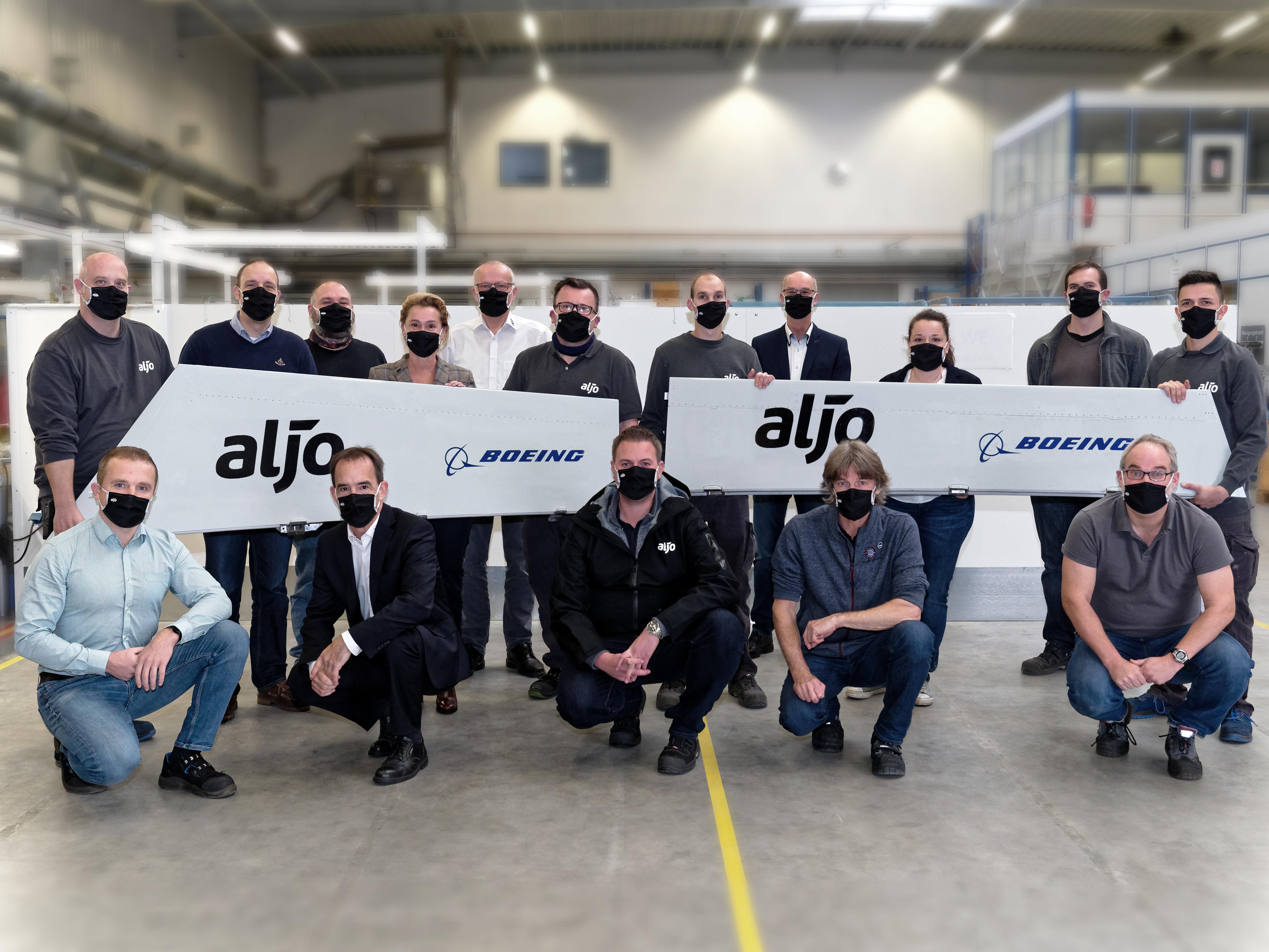 Einige Personen halten zwei Banner mit der Aufschrift: Aljo-Boeing