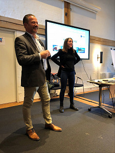 Zwei Personen bei einer Präsentation