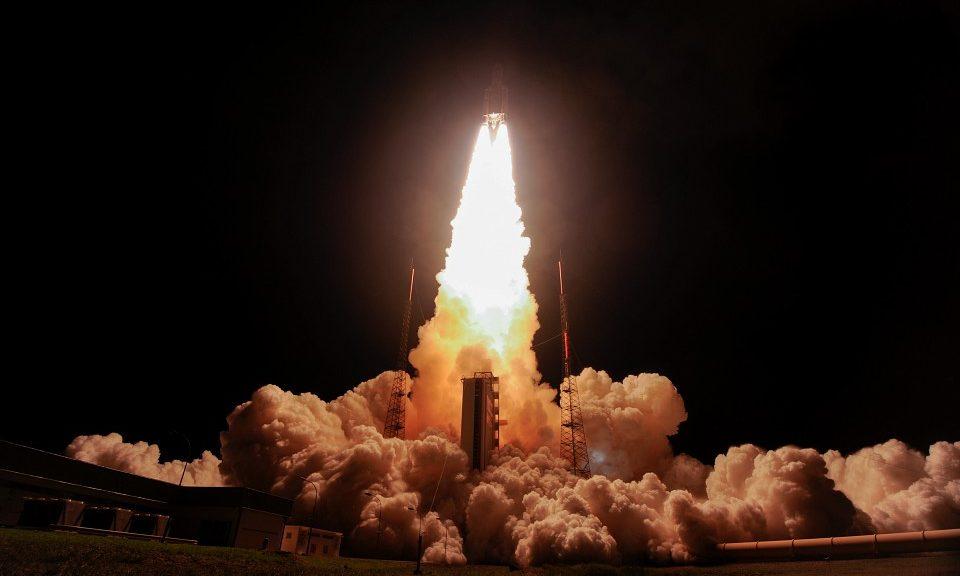 Start einer Ariane 5 bei Nacht