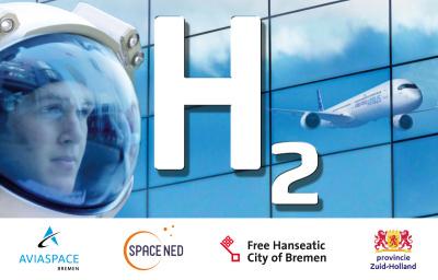 Ein Kopf im Astronautenhelm vor einer blauen Glaswand; Schriftzug: H2