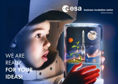 Ein Kopf eines Kindes im gebastelten Astronautenhelm schaut in ein Glas, in dem eine Raketenabbildung abhebt