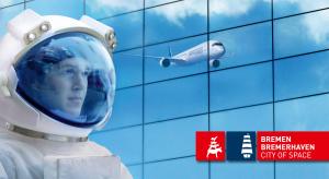 Ein Kopf im Astronauten-Helm, im Hintergrund eine sich Glaswand, auf der ein Flugzeug zu sehen ist