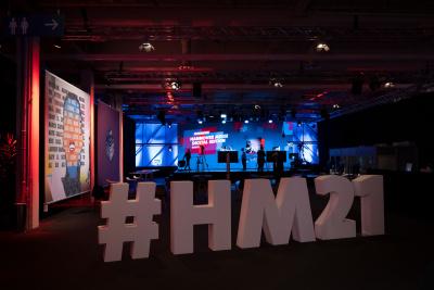 Schriftzug: #HM21; im Hintergrund ein Fernsehstudio